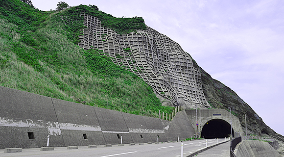 建設年数が経過した道路、トンネルなどの異常検知